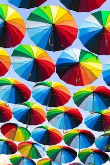 Parapluies colorés. le ciel des parapluies colorés