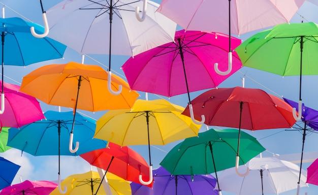 Parapluies colorés contre le ciel