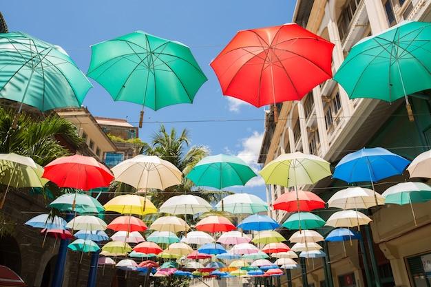 Parapluies colorés flottant au-dessus de la rue. décoration de rue.