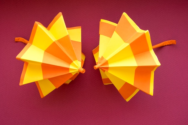 Parapluies en papier colorés à la main