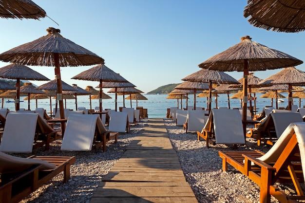 Parapluies sur une plage - les parapluies en bois graphisés situés sur le territoire d'une plage