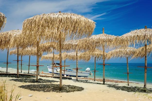 Parapluies de roseau sur la plage