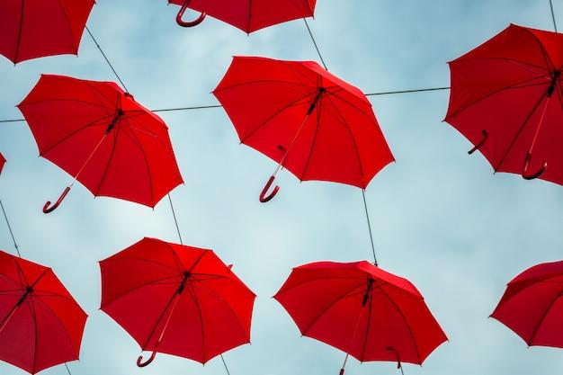 Parapluies rouges suspendus
