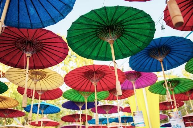 Parapluies suspendus avec des couleurs.