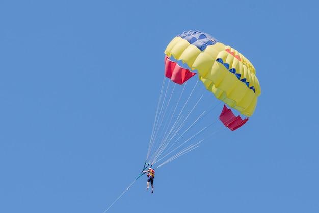 Parasailing sur ciel bleu. parachute dans le ciel.