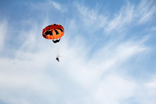 Parasailing contre le ciel bleu avec de légers nuages