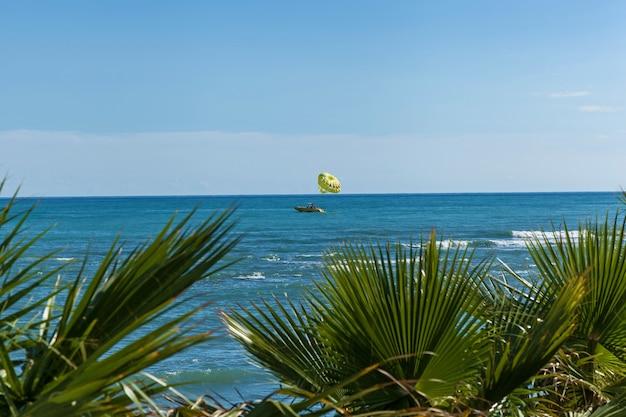 Parasailing dans un ciel bleu à alanya. parasailing à alanya, turquie