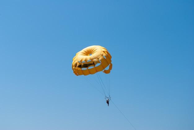Parasailing dans un ciel bleu près de la plage de la mer
