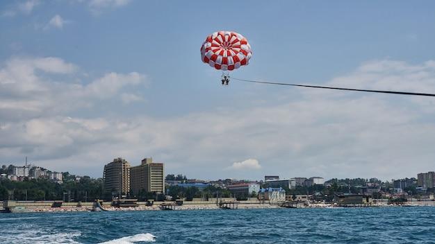 Parasailing à la mer noire à sotchi - sport extrême.