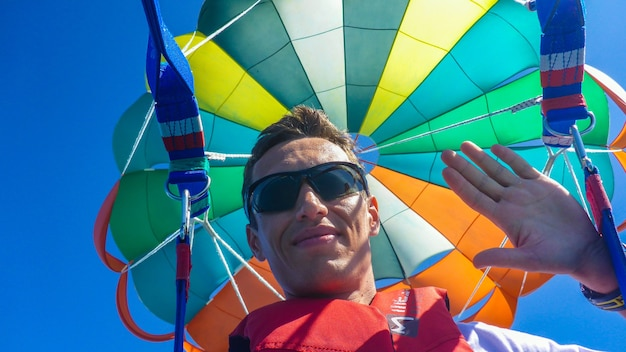 Parasailing avec parachute coloré aux maldives.