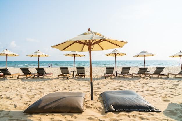 Parasol et chaise sur la plage et la mer