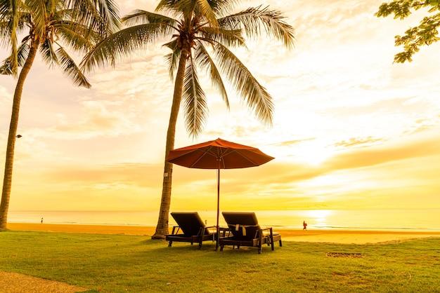 Parasol et chaises longues à la plage