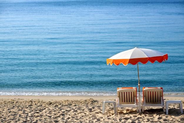 Parasol ensoleillé de plage des caraïbes