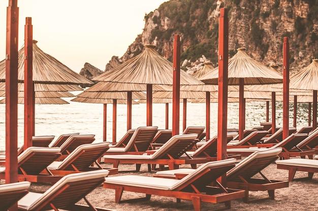 Parasols sur la plage au coucher du soleil du monténégro