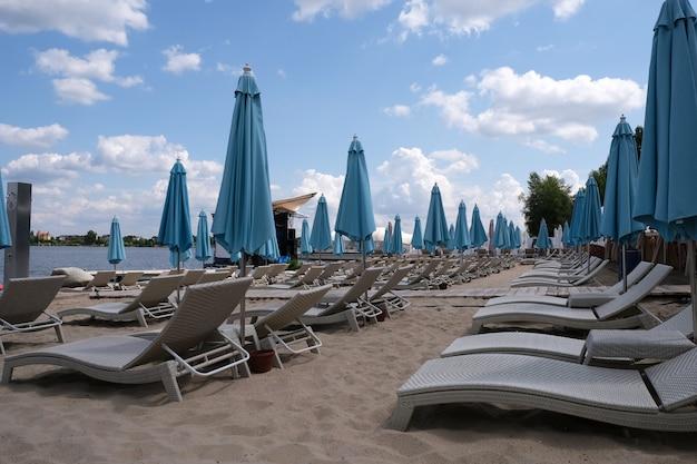 Parasols de plage fixes bleus