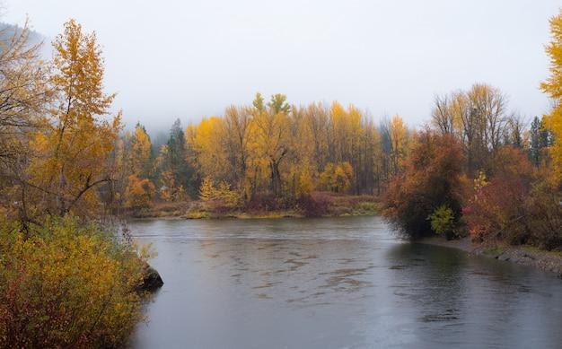 Parc aquatique autumn ar front à leavenworth avec rivière