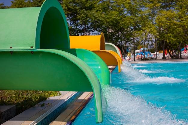 Parc aquatique bleu avec piscine