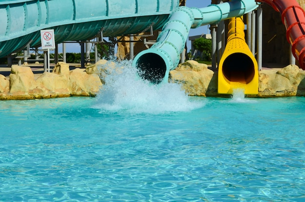 Parc aquatique. sliders avec piscine dans le parc