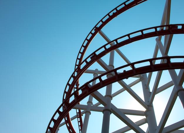 Parc d'attractions rollercoaster contre le ciel bleu