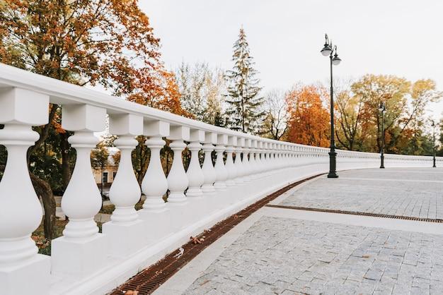 Parc d'automne de la ville par beau temps ensoleillé