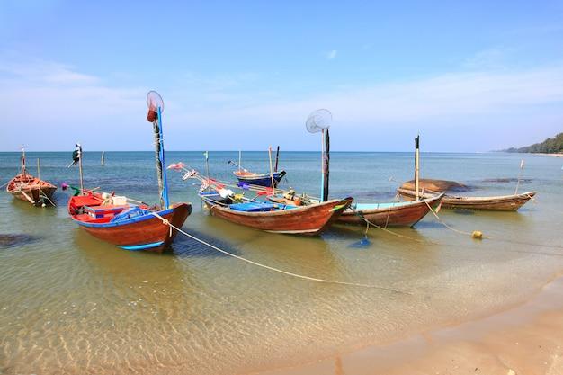 Parc de bateau de pêcheur à longue queue sur la plage de rayong en thaïlande