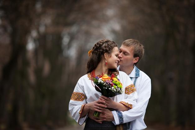 Parc broderie jeunes mariés folkloriques ethniques