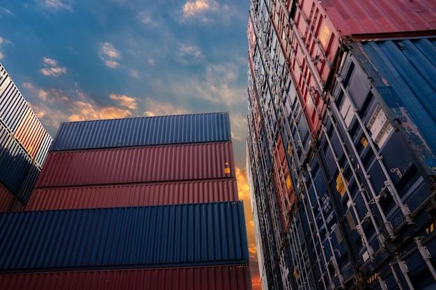Parc à conteneurs pour le concept de logistique, d'importation et d'exportation.