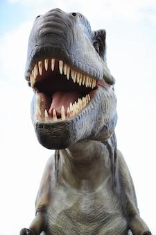 Parc des dinosaures. un dinosaure sur fond de nature. dinosaures jouets dans un parc d'attractions.