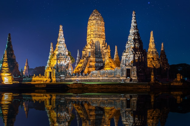 Parc historique d'ayutthaya, temple bouddhiste wat chaiwatthanaram en thaïlande.