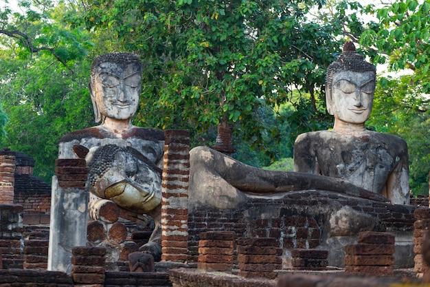 Parc historique de kamphaeng phet, thaïlande, vieille ville de la vieille ville et vieux temple vieux bouddha à kamphaeng phet, thaïlande.