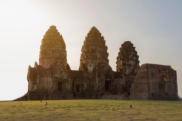 Parc historique ruine du palais des trois pagodes nommé phra prang sam yod, le lieu de tradition pour les touristes dans la province de lopburi, en thaïlande.