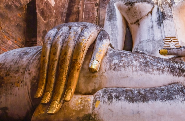 Parc historique de sukhothai et ses environs à midi et au crépuscule