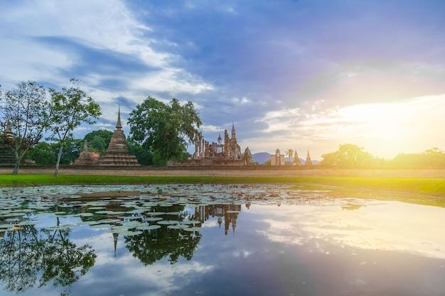 Parc historique de sukhothai vue grand angle de paysage au site du patrimoine mondial de sukhothai, thaïlande.