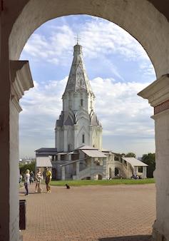 Parc kolomenskoe en été église de l'ascension avec une haute tente en pierre blanche à travers l'arche