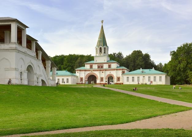 Parc kolomenskoe en été vieux canon sur l'arrière-plan du bâtiment de la porte d'entrée