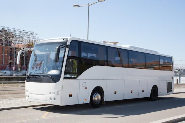 Parc moderne de bus blanc en ville