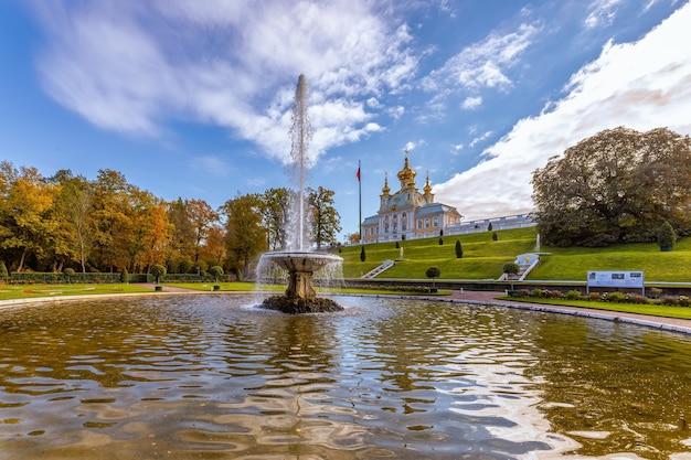 Parc et musée du pavillon de l'église à peterhof saint perersburg russie