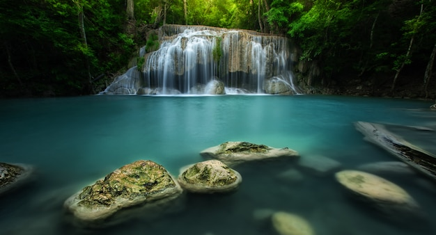 Parc national de la cascade d'erawan kanjanaburi thaïlande