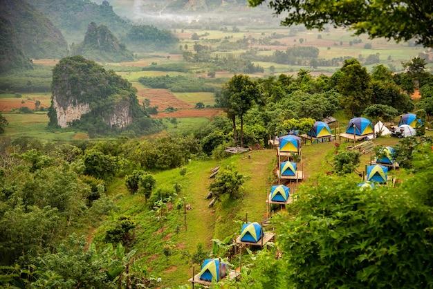 Parc national de montagne de phu langka et camping de tentes dans la province de payao en thaïlande