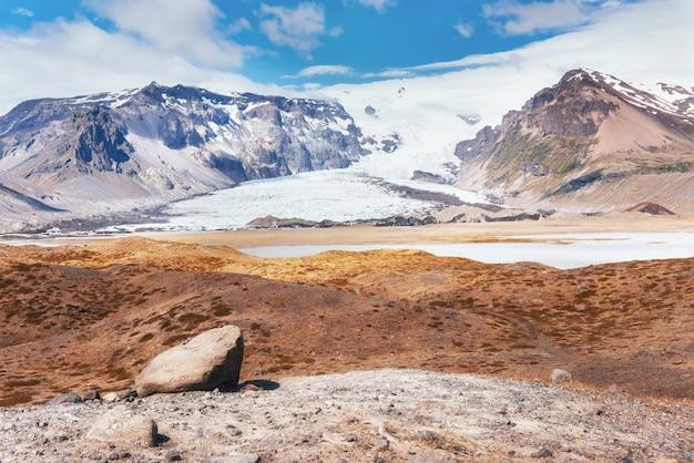 Parc national de la vallée landmannalaugar. sur les pentes douces des montagnes sont des champs de neige et des glaciers. magnifique islande en juillet