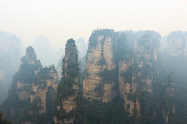 Parc national de zhangjiajie et brouillard, chine