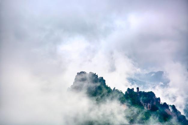 Parc national de zhangjiajie. célèbre attraction touristique à wulingyuan, hunan, chine. incroyable paysage naturel avec des piliers en pierre montagnes de quartz dans le brouillard et les nuages