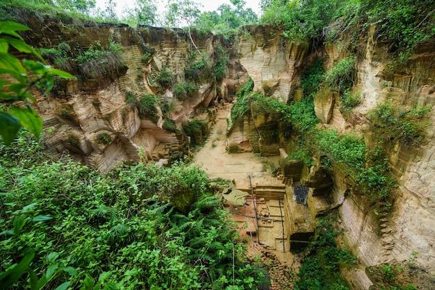Parc naturel extérieur avec de l'eau de l'étang dans l'ancien lieu de travail de la colline minière de calcaire