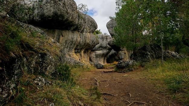 Le parc naturel de la ville enchantée, un groupe de crapicieux forme des roches calcaires à cuenca, castilla la macha, en espagne.