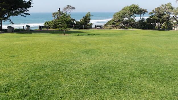 Parc de la plage de seagrove à del mar, californie usa. jardin bord de mer avec pelouse. herbe verte, côte de l'océan