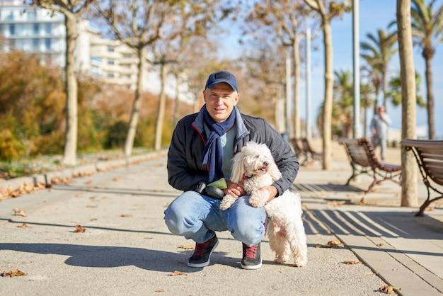 Parc de promenade de petit chien blanc mâle adulte