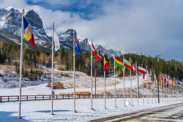Parc provincial canmore nordic centre en hiver journée ensoleillée matin. le parc provincial a été construit à l'origine pour les jeux olympiques d'hiver de 1988.