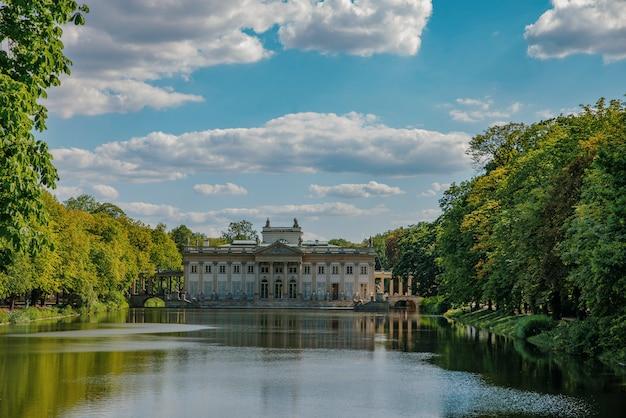 Parc royal lazienki à varsovie, palais sur l'eau, pologne