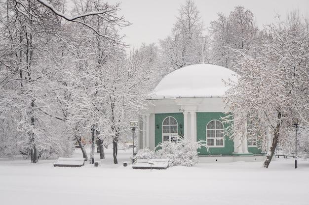 Le parc urbain couvert de neige