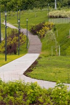 Parc urbain verdoyant avec sentier et escaliers